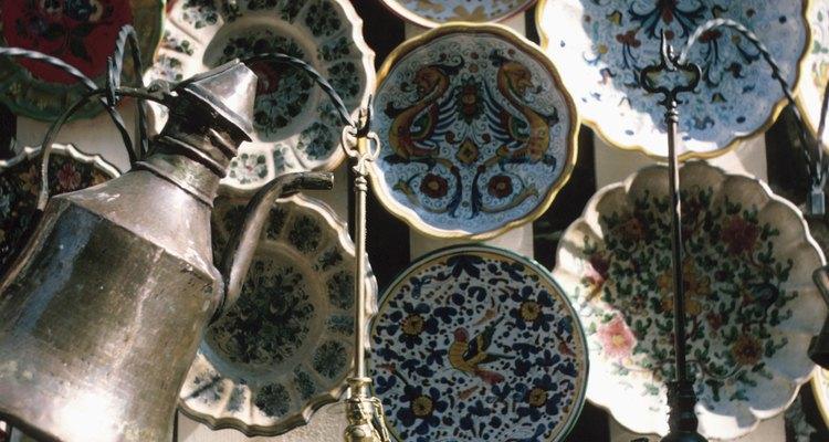 Los diseños únicos de los platos pintados a mano son hermosas decoraciones.