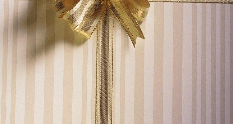 Envuelve cada caja con cinta dorada y átalas en un moño.