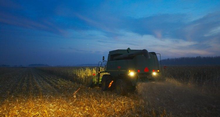 Un granjero trabaja en la noche durante el tiempo de cosecha.