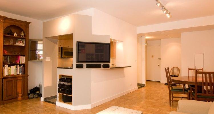 Un piso de roble dorado en una sala moderna con paredes blancas.