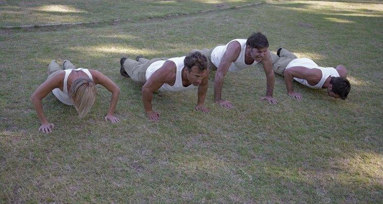 Flexões podem fortalecer seus braços e seu tronco.