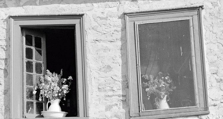 Las ventanas de un solo panel de vidrio estaban hechas de madera.