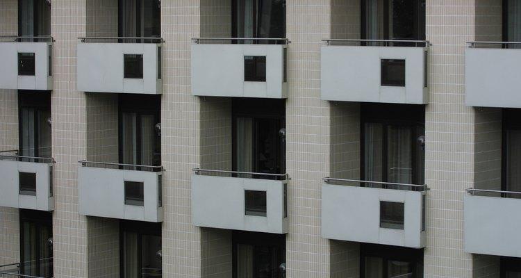 Un balcón se encuentra en un edificio de por lo menos dos plantas.