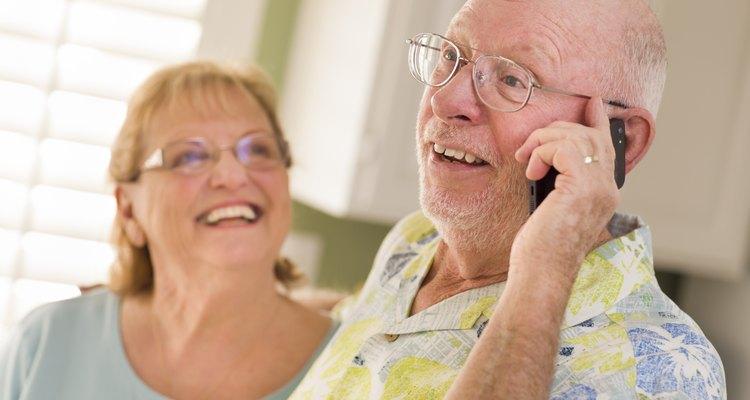 Homens de idade ao celular
