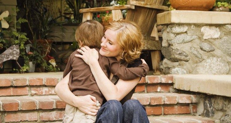 Consolarlo a tu hijito es bueno, pero saber cómo manejar su miedo lo puede ayudar a vencerlo.