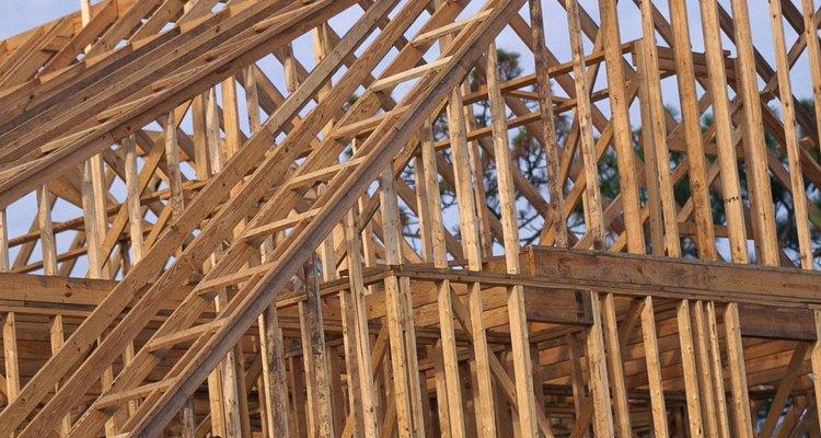 El espaciamiento de las vigas depende del tamaño del panel de techado.