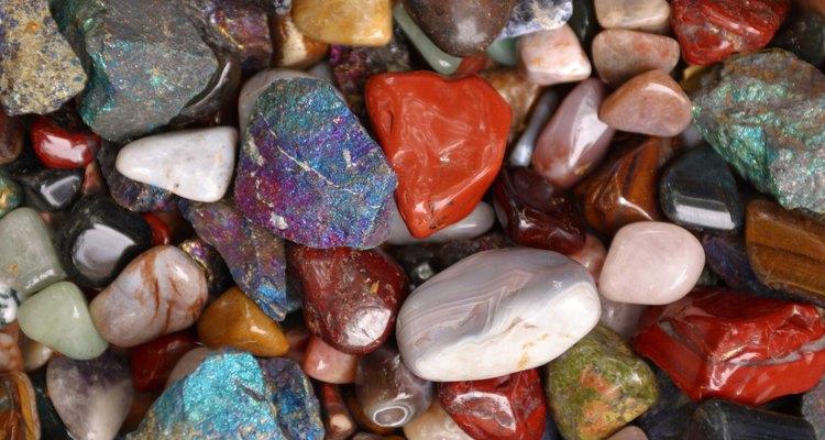 Tinja suas pedras e rochas para usar em projetos de artesanato colorido