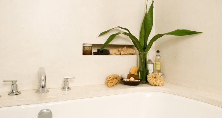Un nicho de azulejos da un toque perfecto a la elegancia de tu baño