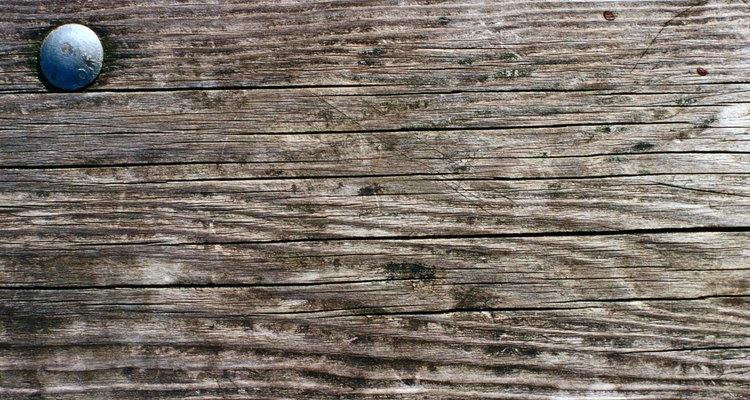 Pode ser complicado retirar o silicone das superfícies de madeira