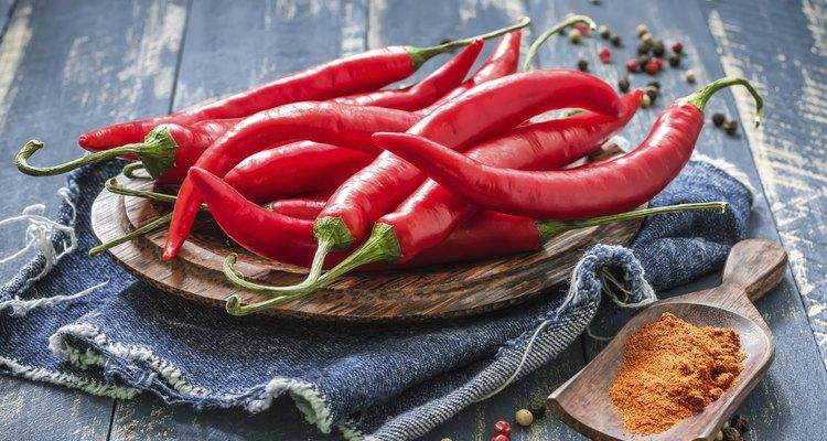 Si cultivas chiles dentro de casa, puedes arrancarlos de la planta y adicionar este rico y delicado sabor a tu comida.