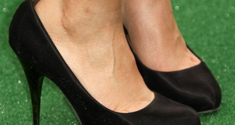 Usa un lustre para zapatos y otros implementos para restaurar los zapatos negros.