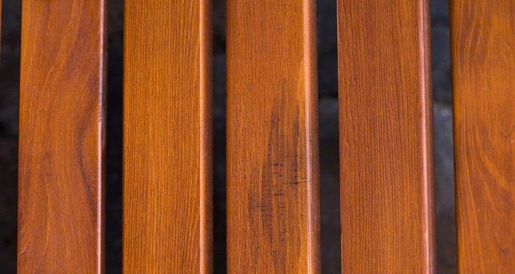 Limpiar y lijar la madera son pasos importantes para el acabado.