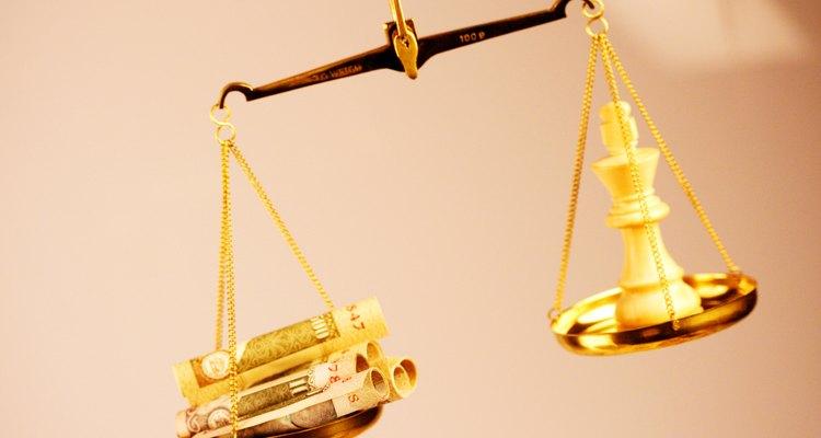 """Decorar con la """"balanza de la justicia""""."""