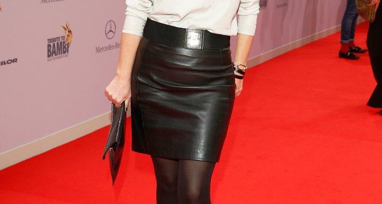 A saia preta de couro pode dar um up no look tedioso de trabalho