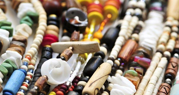 Os povos africanos também fazem miçangas com materiais naturais, como osso, conchas, madeira, âmbar e vidro