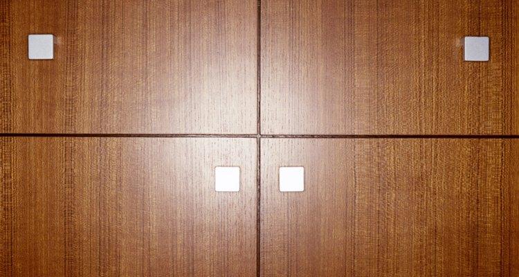 Una cama murphy se dobla dentro del gabinete de una pared para permitir el máximo uso de un espacio pequeño.