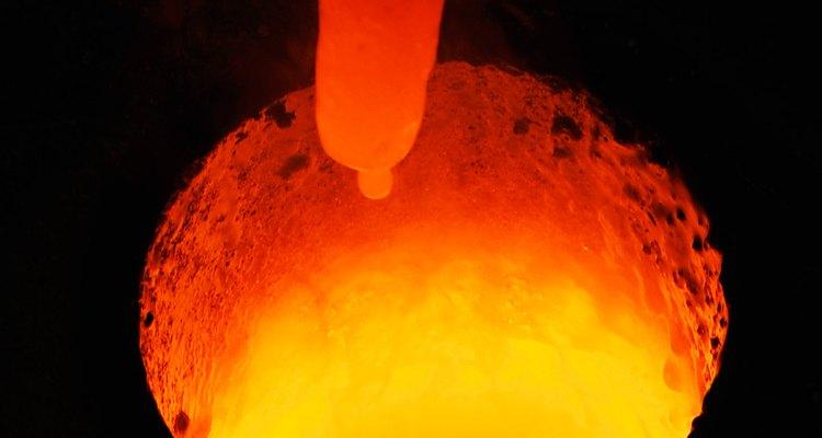 Derreter metais é muito perigoso por causa das altíssimas temperaturas envolvidas no processo