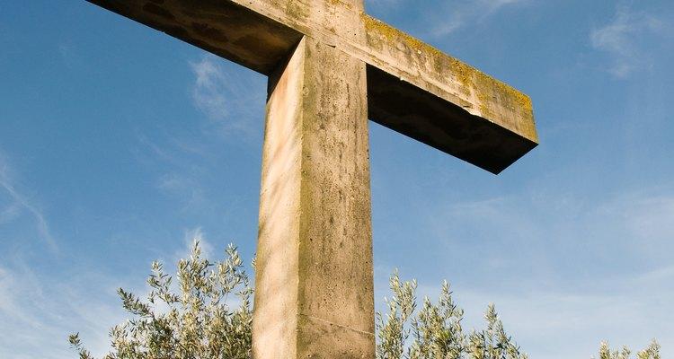 Uma cruz de madeira transmite aspectos simbólicos e históricos da vida cristã