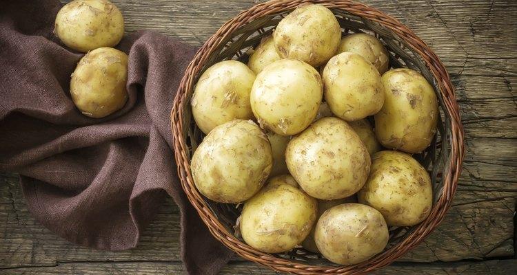 Coloca ruedas o jugo de patatas en los ojos para eliminar ojeras.