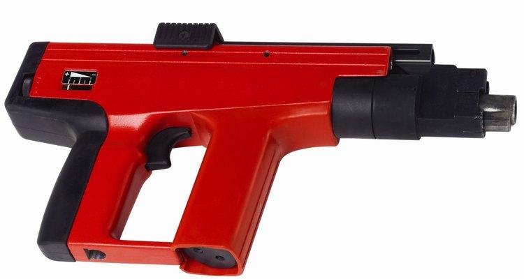 Una pistola de clavos hará que la instalación del techo de machihembrado vaya rápido.