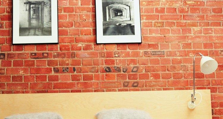 Los tornillos de hormigón pueden sostener fotografías en las paredes de ladrillo.