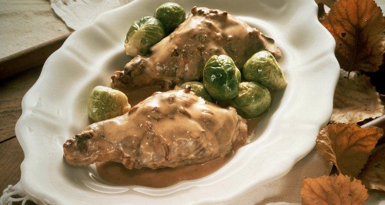 Disfruta de una comida a base de carne de conejo en tu casa.