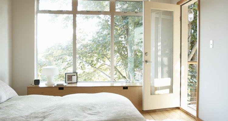 Pode ser necessário retirar uma persiana Hunter Douglas para modificar o design do seu quarto