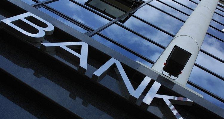 La tasa de ejecuciones hipotecarias y bancarrotas se incrementa diariamente y la industria bancaria debe seguir guías y restricciones más de cerca que nunca.