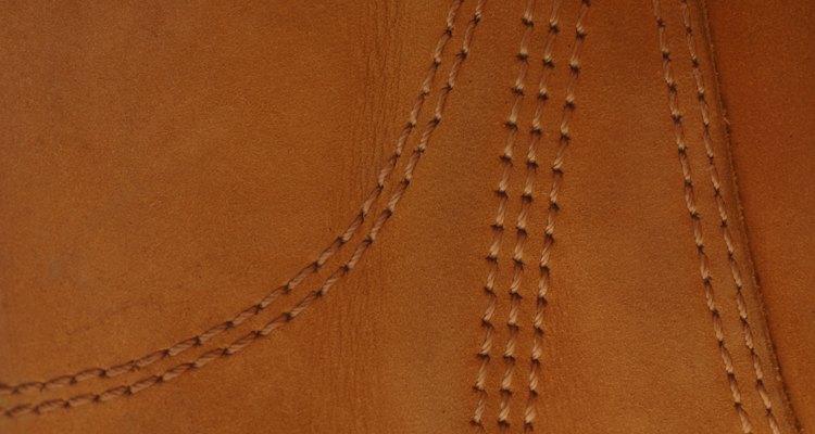A costura acrescenta força e beleza para roupas de couro