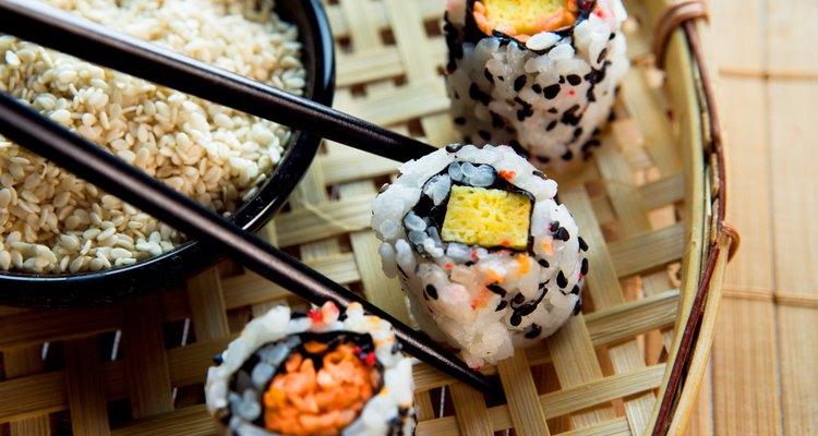 Sushi de tofú y arroz.