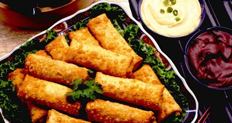 Los rollos horneados de wonton son sabrosos cuando se sirven con salsas, como las agridulces.