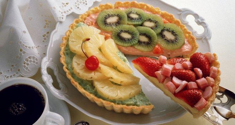 Los pasteles elegantes parecen trabajos de arte.