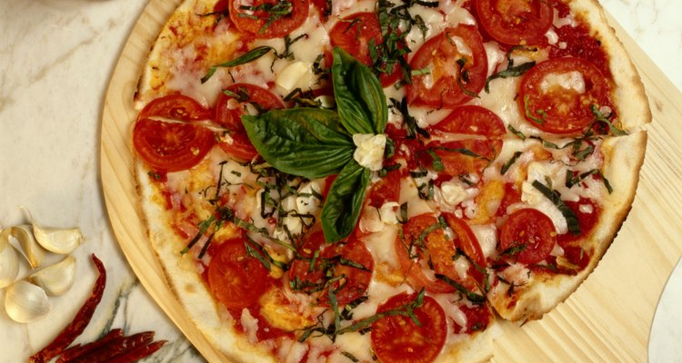 Una pizza cocida en un horno de pizza caliente derrite el queso uniformemente, quedando éste ligeramente dorado.