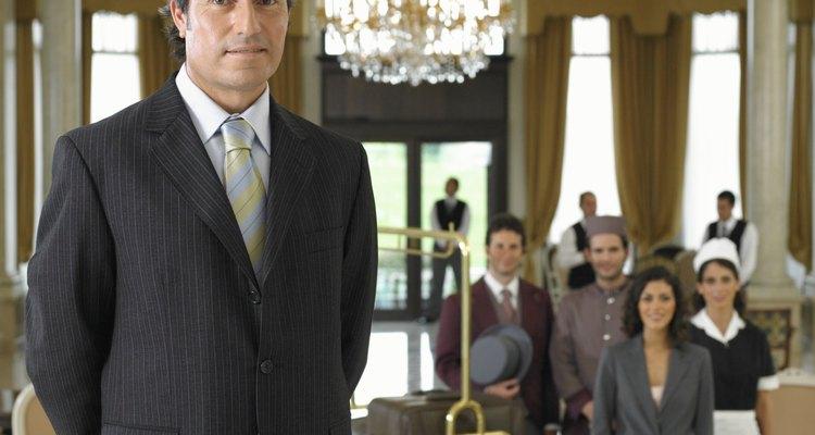 Los gerentes de un hotel supervisan el bienestar financiero de sus hoteles y las infinitas y variadas necesidades de sus huéspedes.