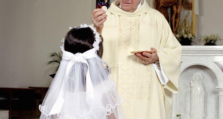 La primera comunión es un momento religioso central para una persona joven.