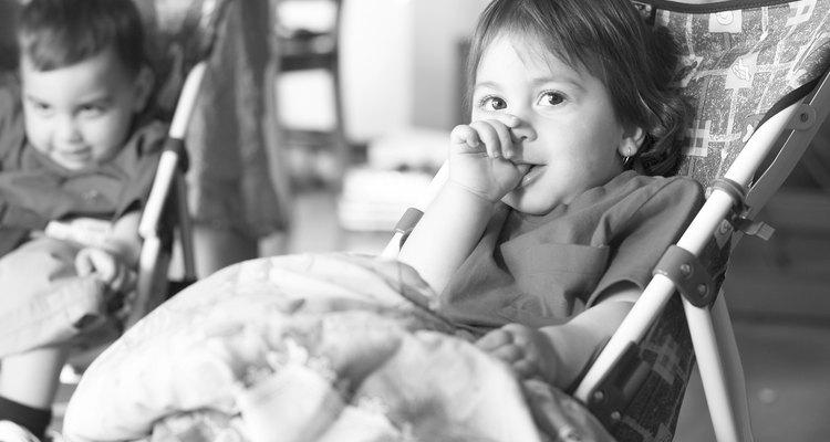 Los niños pequeños y bebés se pueden llevar bien entre sí con una pequeña ayuda de mamá.