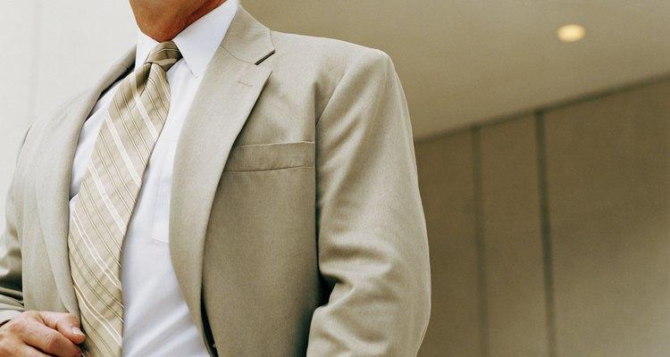Un traje beige es apropiado para bodas casuales y de día.