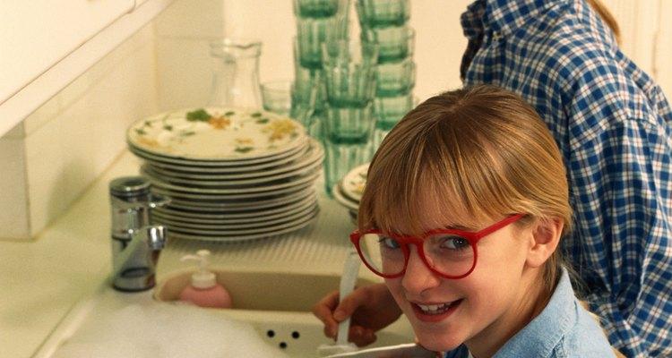 Lave os óculos com sabão neutro quando tiver terminado de limpar a graxa