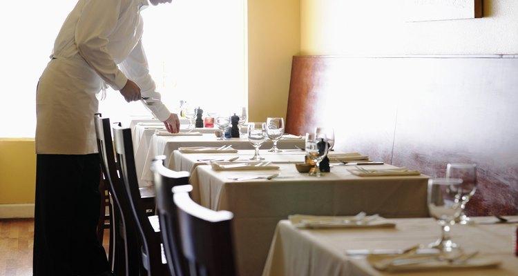 Los niveles salariales de los camareros son susceptibles de ser aumentados por las propinas y las horas extras.