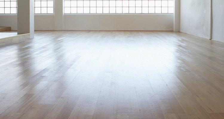A luz natural é ideal para um estúdio de dança; se seu estúdio não possuir luz natural, adicione luzes de alta qualidade