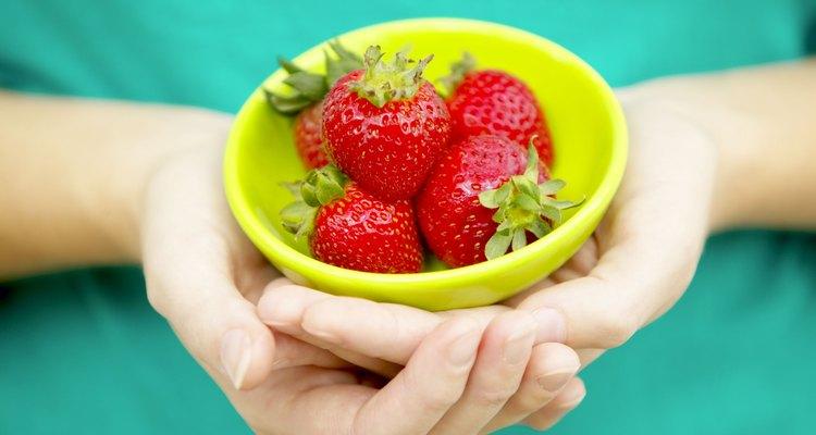 Cuanto más rápido el sol entibie el suelo en la primavera, mientras más pronto disfrutarás de las fresas recién recogidas.