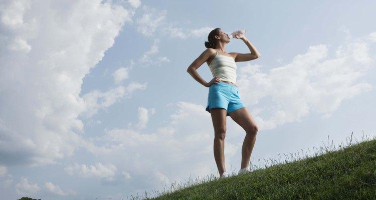 Mulher bebendo uma garrafa de água