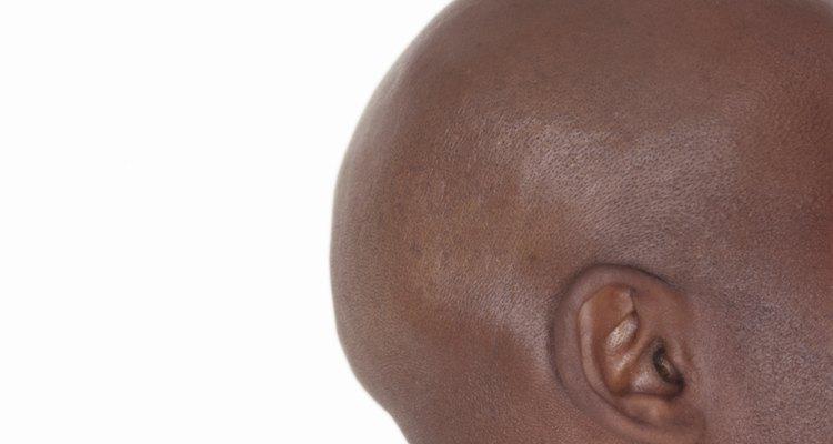 Imagem mostrando a proeminência óssea atrás da orelha (processo mastoide)