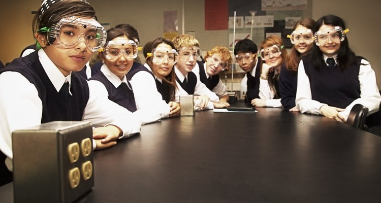 Estudiantes en un laboratorio de ciencias.