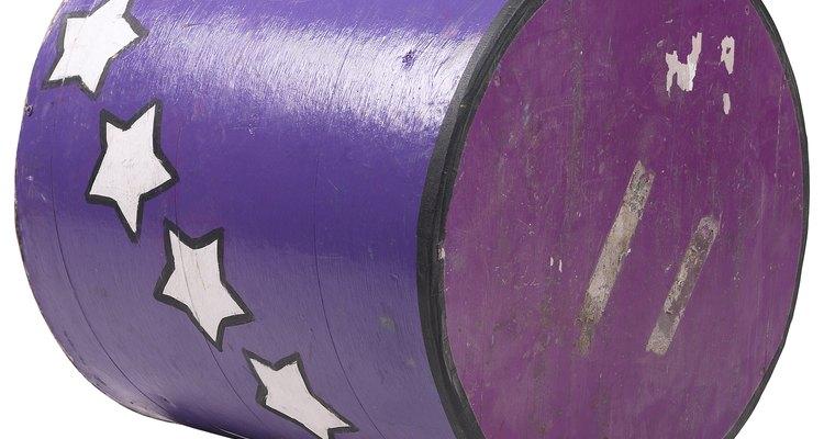 Un barril debe rodar más para cubrir una distancia lineal mayor.