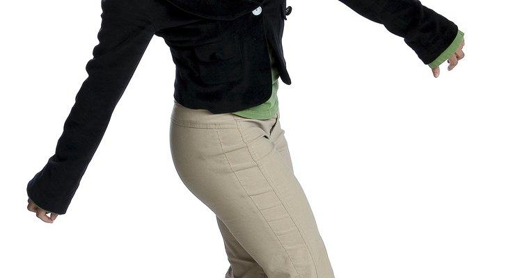 Los colores oscuros crean un contraste espectacular con tus pantalones de caqui.