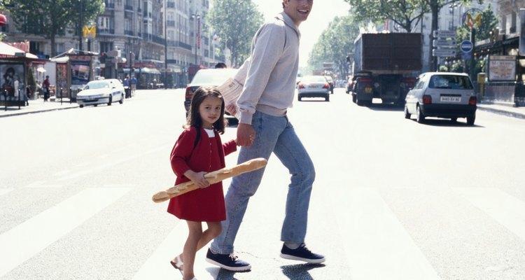 Refuerza la seguridad vial mediante la práctica de cruzar la calle.