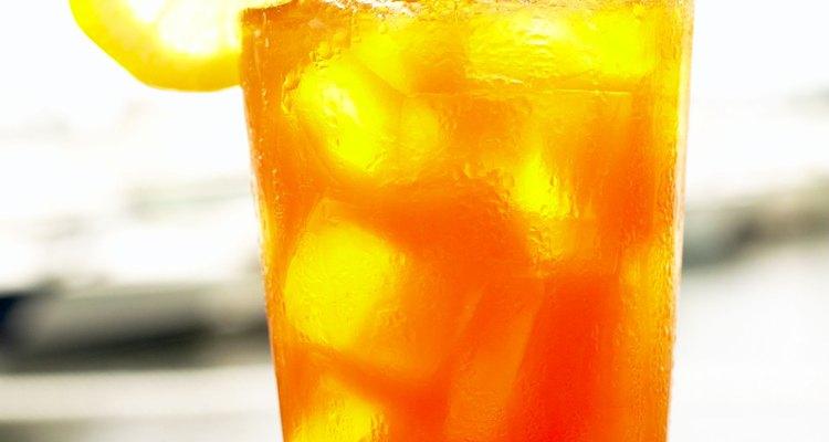 Añade una rodaja de limón a tu vaso de té de durazno helado.