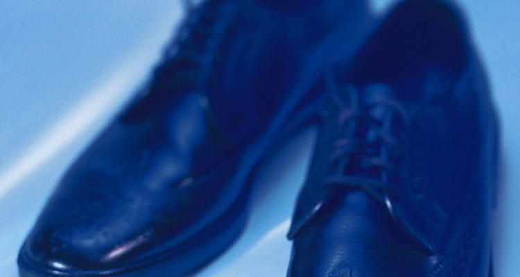 Con un paño suave, limpia los zapatos.