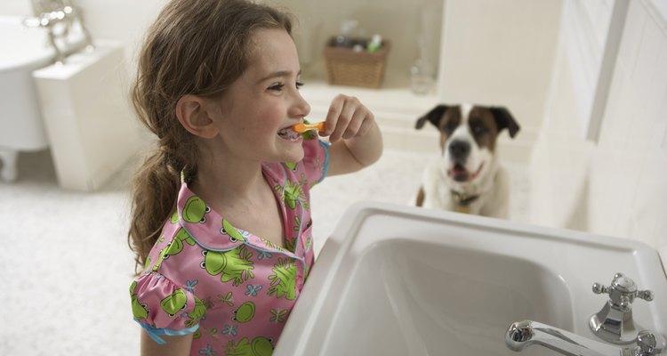 Muéstrale a los niños la cantidad correcta de pasta dentífrica que deben usar.
